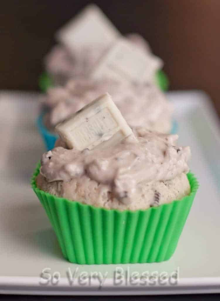 Cookies & Cream Cupcakes Recipe : So Very Blessed - These cupcakes bring the delicious flavors of cookies & cream into a fluffy cake and creamy frosting.