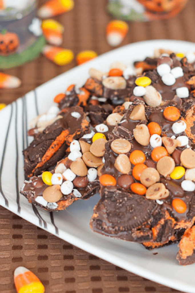 Halloween Bark Recipe : So Very Blessed – This festive & delicious dessert with marshmallow bits, Reese's Pieces, Oreos, & crunchy peanuts is the perfect (& slightly addictive) balance of salty & sweet. It makes for a great easy-to-grab party food!